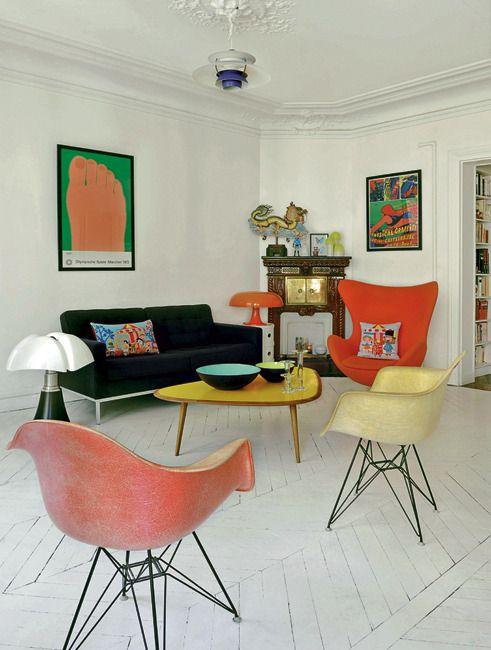 Sala moderna com poltrona egg laranja
