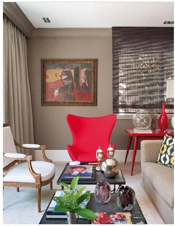 Sala de estar com poltrona egg vermelha
