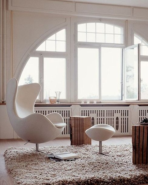Sala clean com poltrona egg branca