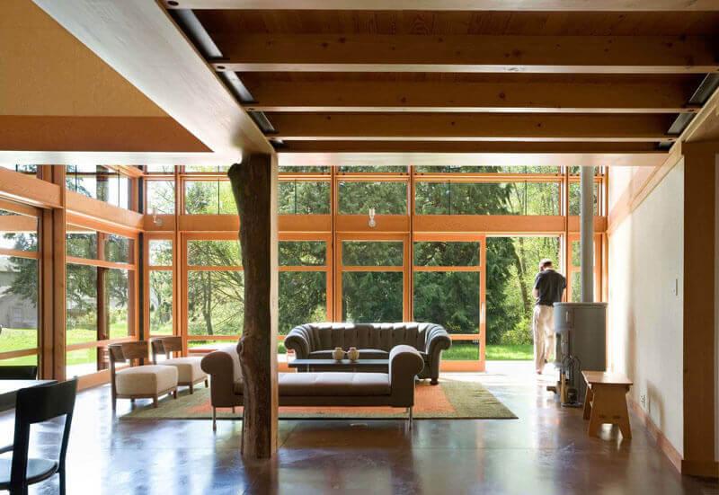 sala de casa de campo bem iluminada