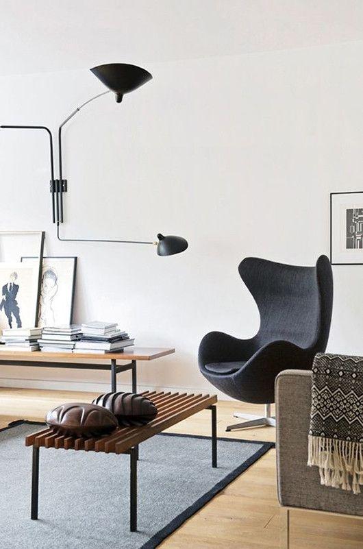 Sala de estar com poltrona egg preta