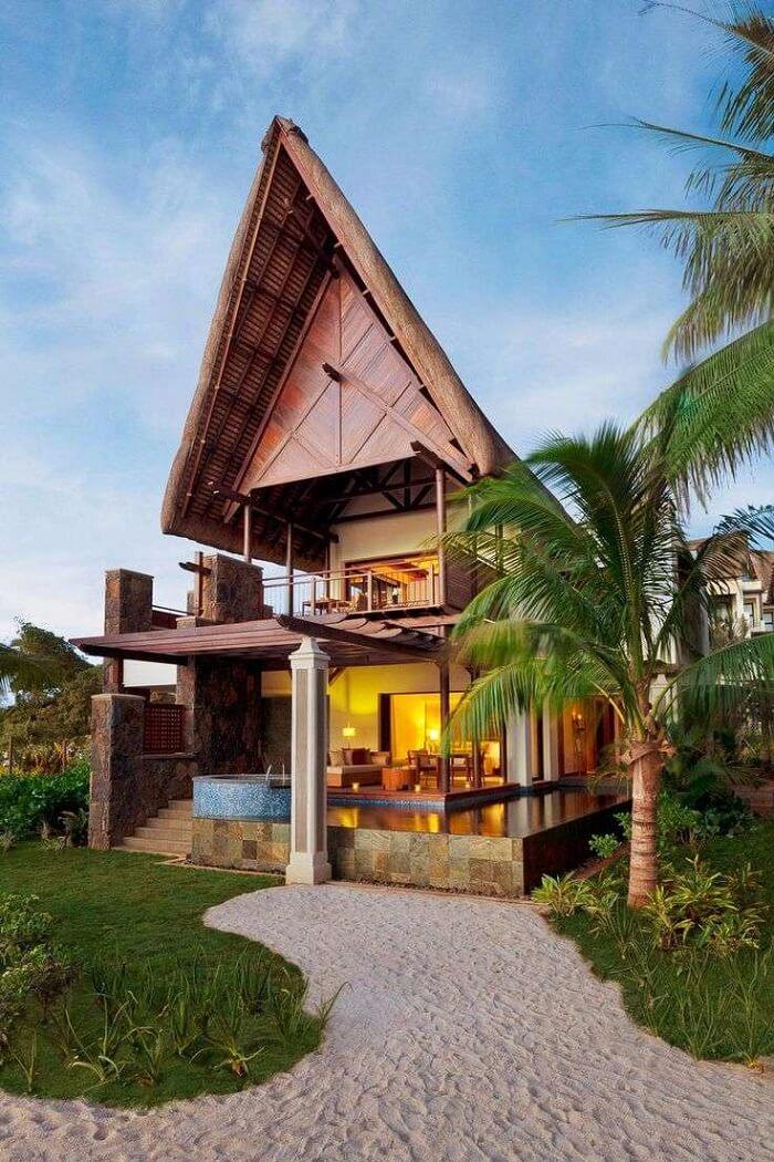 A madeira foi utilizada de forma elegante na construção dessa casa de praia