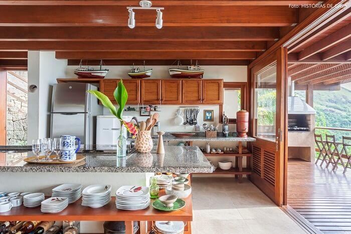 A cozinha da casa de praia normalmente apresenta conceito aberto, integrando outros cômodos
