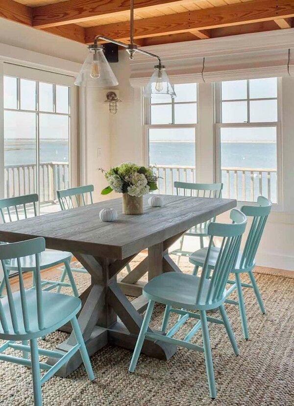 A sala de jantar da casa de praia pode ganhar uma decoração mais rústica