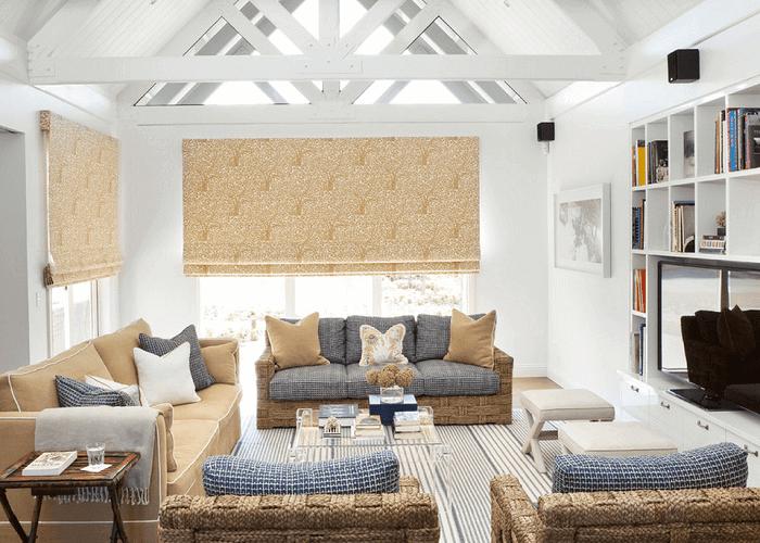 A tonalidade dos móveis da sala de estar se assemelham a areia e oceano