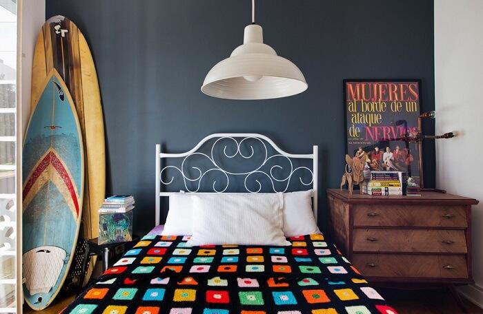 As pranchas de surf coloridas se destacam na decoração desse ambiente