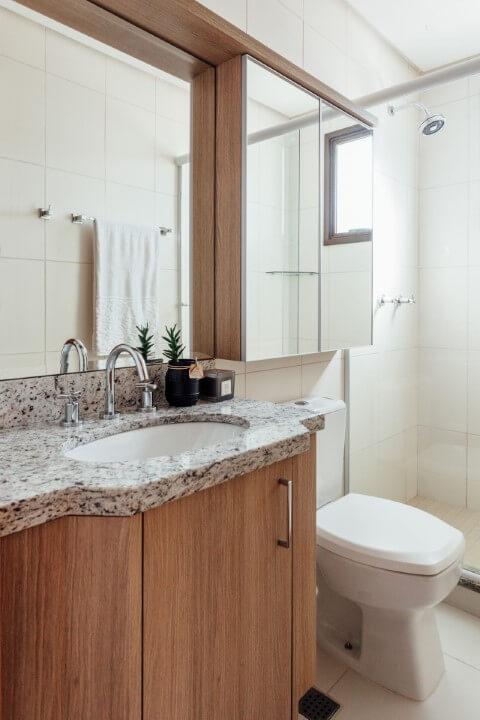 Banheiro com espelho para banheiro e espelheira Projeto de Ambientta Arquitetura