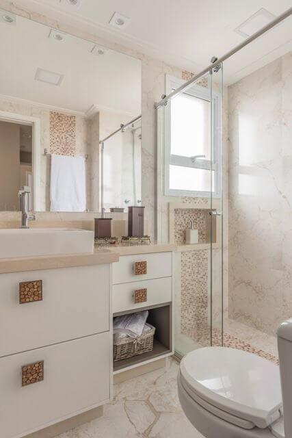 Banheiro com espelho para banheiro simples Projeto de Cassia Giacomazzi