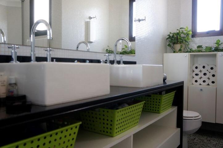 Banheiro de casal com espelho para banheiro amplo Projeto de Valquiria Giroto de Franca