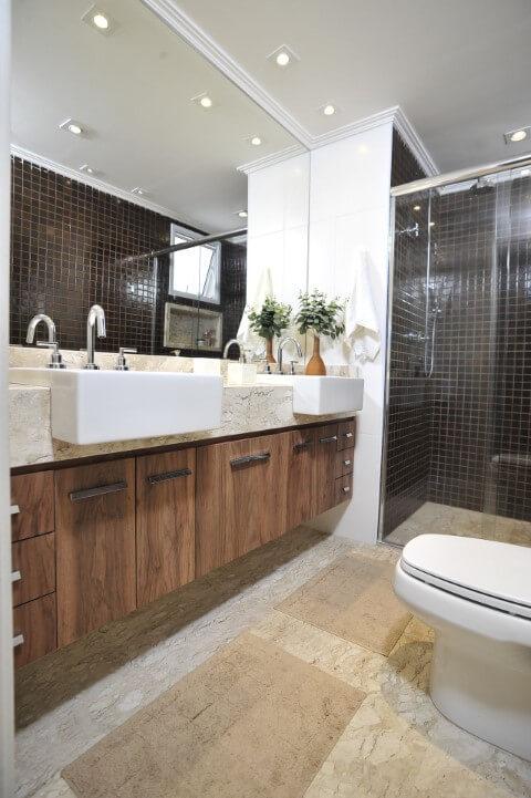 Banheiro de casal com espelho para banheiro grande horizontal Projeto de Ana Cristina Nigromalta