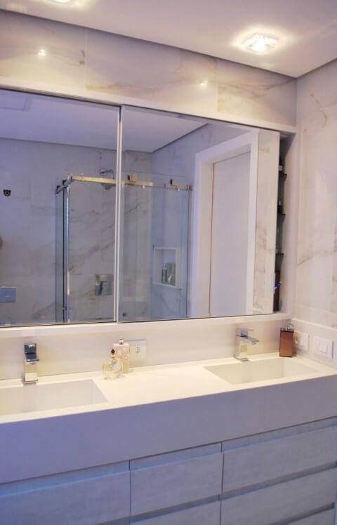 Banheiro de casal com espelho para banheiro tipo espelheira dupla Projeto de Ticiana Toniolo Tieppo