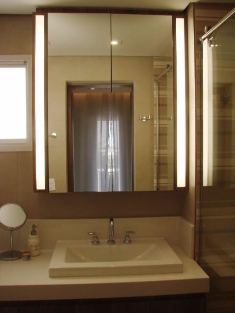 Banheiro em tons de marrom com espelho para banheiro em forma de espelheira Projeto de Casa On
