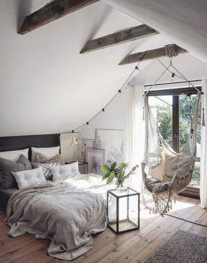 Decoração escandinava de quarto de casal com rede