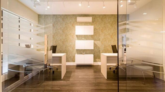 Escritório com textura de parede Projeto de Arquiteta Petini