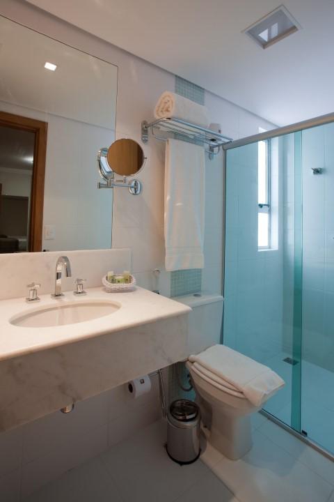Espelho para banheiro com espelho de aumento Projeto de Magda Braga