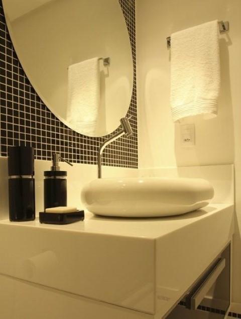 Espelho para banheiro com pastilhas pretas Projeto de Karen Pelegrini Luz