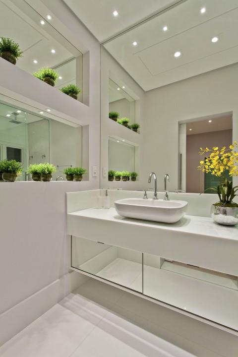 Espelho para banheiro na parede, nichos e gavetas Projeto de Aquiles Nicolas Kilaris
