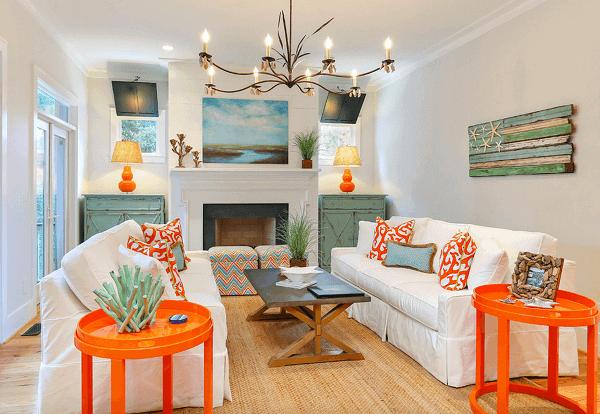 Móveis coloridos se destacam na decoração dessa casa de praia