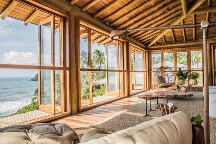 Móveis de madeira e bambu são ótimos para compor a decoração da casa de praia