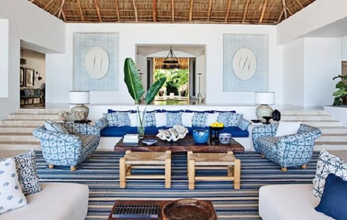 Mescle tons de azul na sala de estar da casa de praia