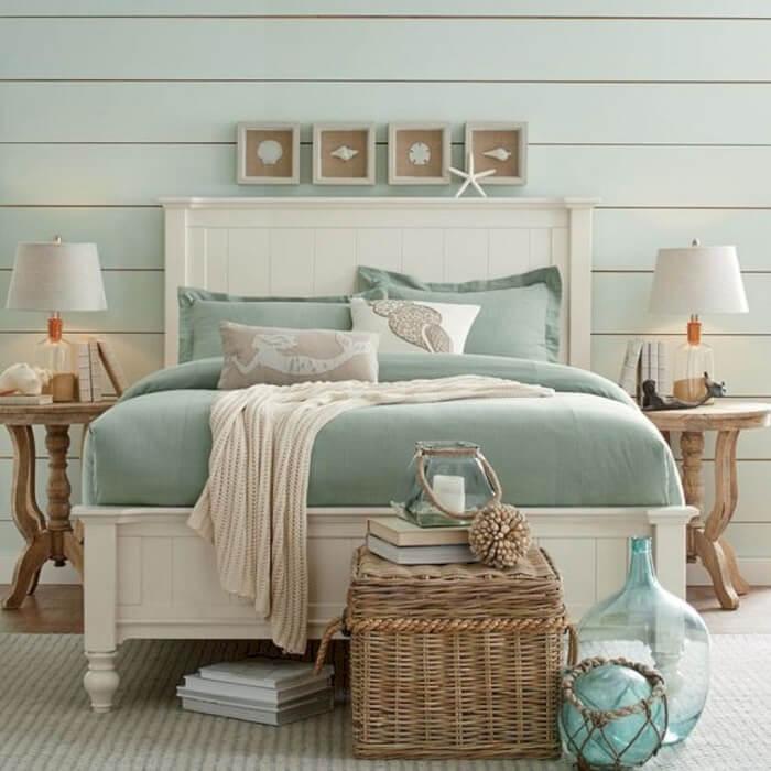 O colcha azul da cama remete a tonalidade do oceano