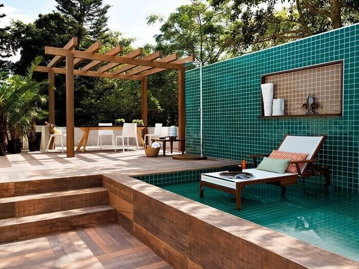 O pergolado de madeira deixa a casa de praia ainda mais charmosa