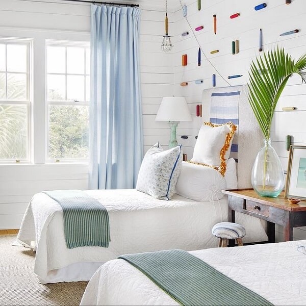 O quarto compartilhado da casa de praia foi decorado com tons claros