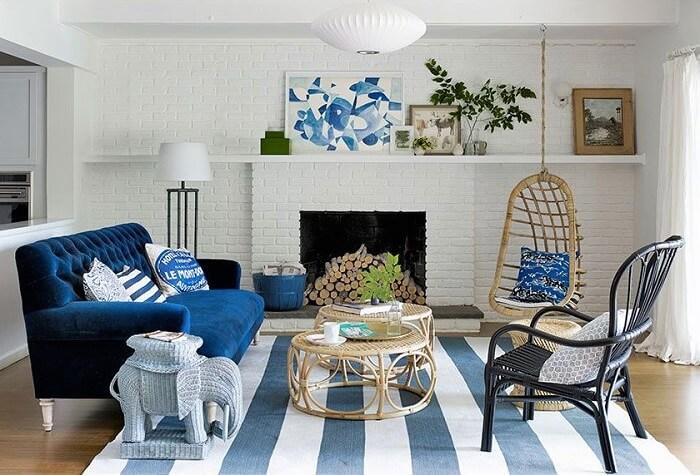 O tapete listrado combinou perfeitamente com o restante da decoração da sala de estar da casa de praia