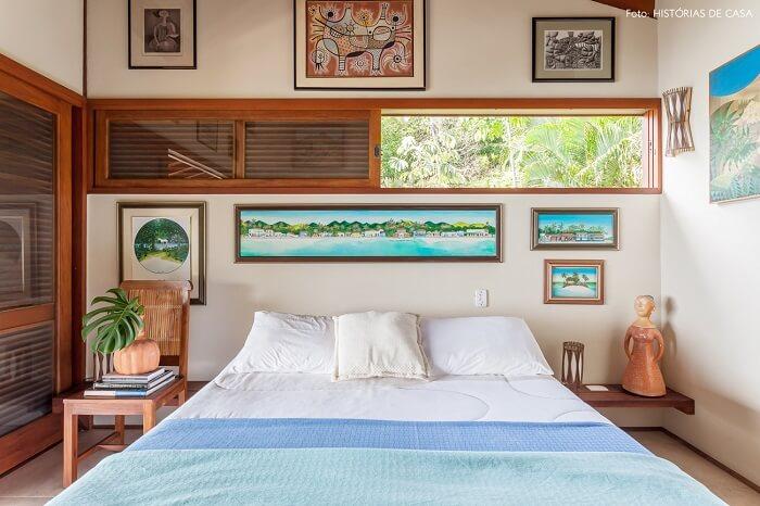 Os quadros decoram com delicadeza o quarto de casal da casa de praia