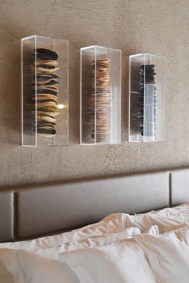 Quarto com textura de parede atrás da cama Projeto de Angela Chinasso