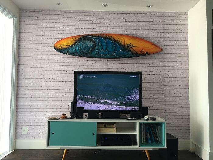 Que tal uma sala com prancha de surf na casa de praia?