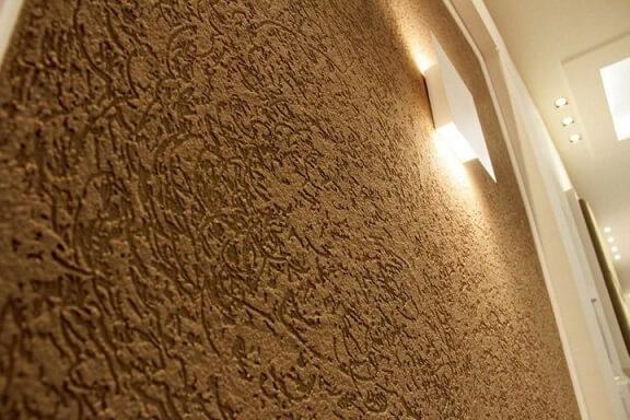 Sala com textura de parede e arandela Projeto de Armond