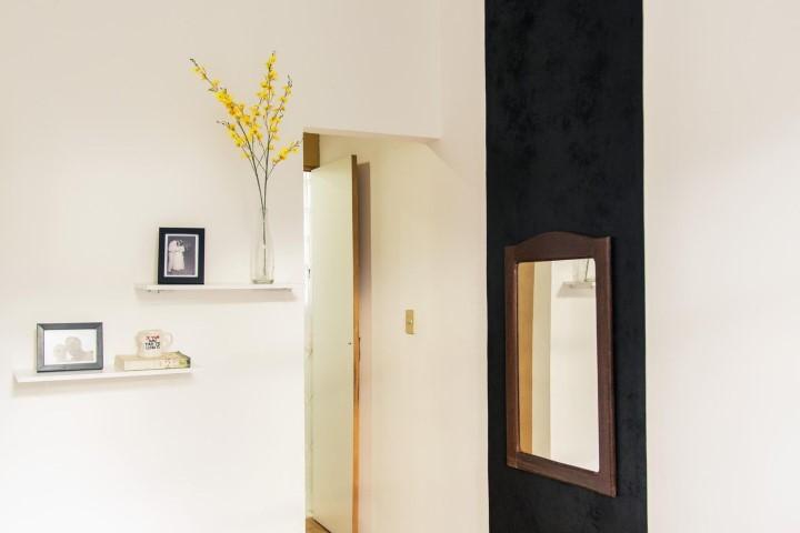 Sala com textura de parede e espelho moldurado Projeto de Casa Aberta