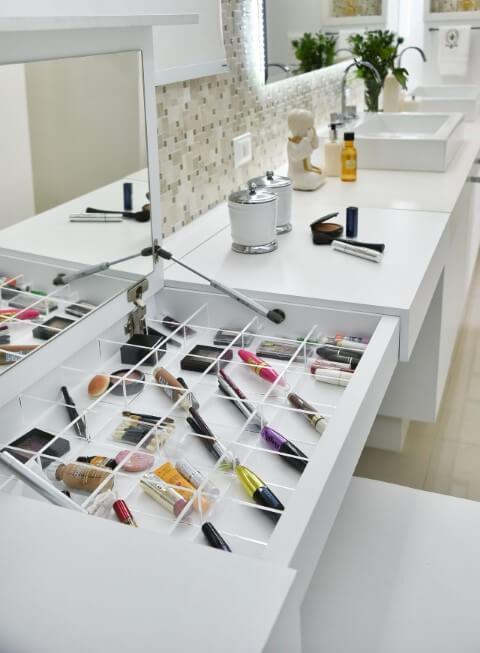 Sala de banho com espelho para banheiro na penteadeira de maquiagem Projeto de Tetriz Arquitetura
