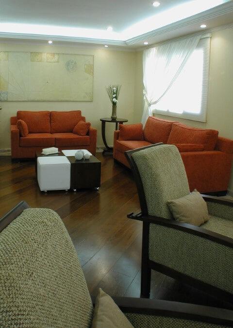 Sala de estar com sanca aberta e iluminação embutida Projeto de Mariza Silva