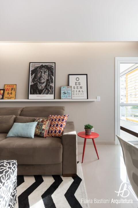 Sala de estar com sanca invertida e iluminação aconchegante Projeto de Flavia Bastiani