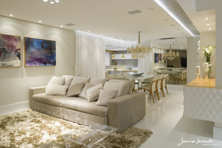 Sala de estar e jantar integradas com sanca invertida e spots Projeto de Samira Jarouche