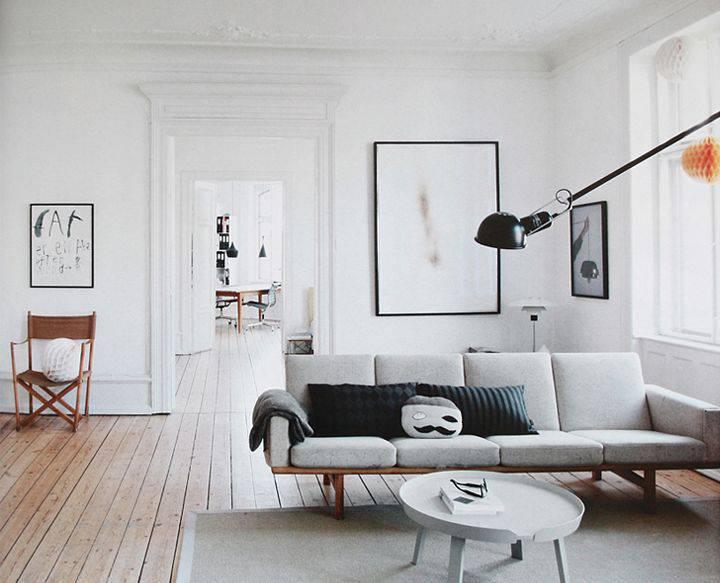 Sala de estar escandinava com luminárias