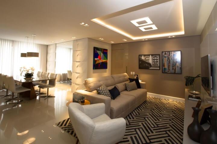 Sala de estar integrada com sala de jantar com sanca de gesso e luminárias embutidas Projeto de Marina Turnes