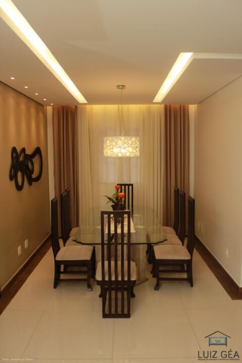 Sala de jantar em sanca de gesso com detalhes iluminados Projeto de Luiz Gea