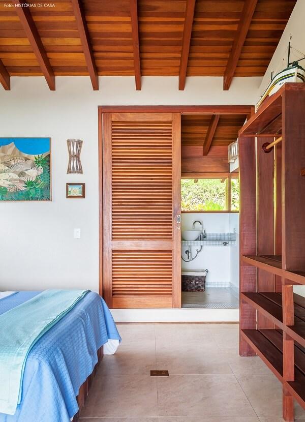 Utilize portas de madeira para separar ambientes no projeto da casa de praia