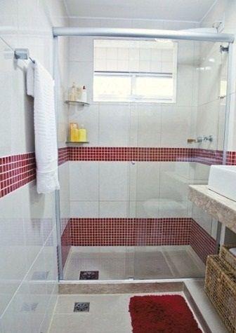 Banheiro com pastilhas adesivas na cor vermelha