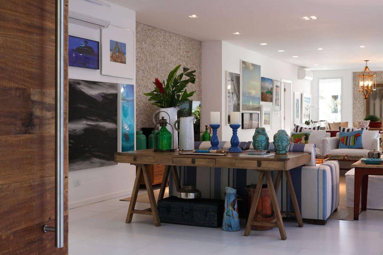 casa de praia sala de estar madeira azul e quadros in house designers 9163