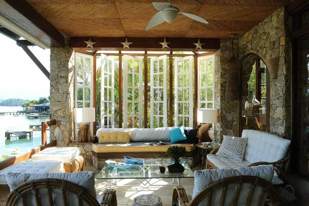 casa de praia sala de estar rustica com almofadas urbano studio 71318