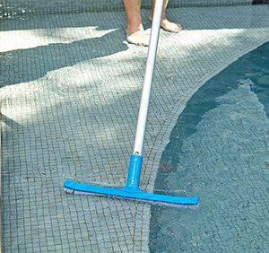 como limpar piscina escova de limpeza
