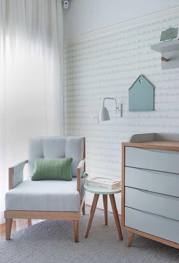 decoração de quarto de bebê cinza com poltrona de amamentação de madeira Foto Casa de Valentina