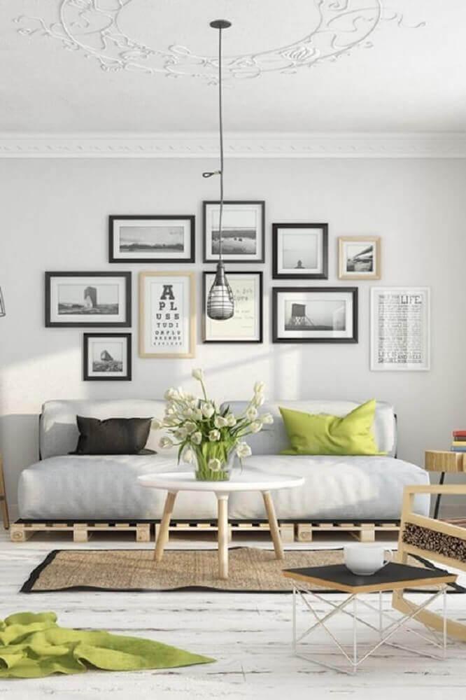 decoração escandinava para sala com pendente e quadros