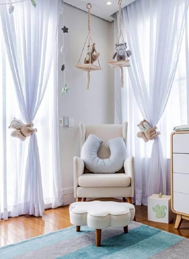 decoração lúdica para quarto de bebê com poltrona de amamentação com puff em formato de nuvem Foto Grão de Gente