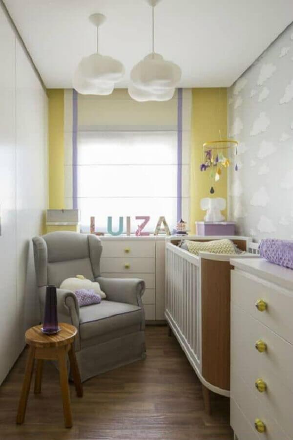 decoração simples com poltrona de amamentação para quarto de bebê pequeno Foto Pinterest