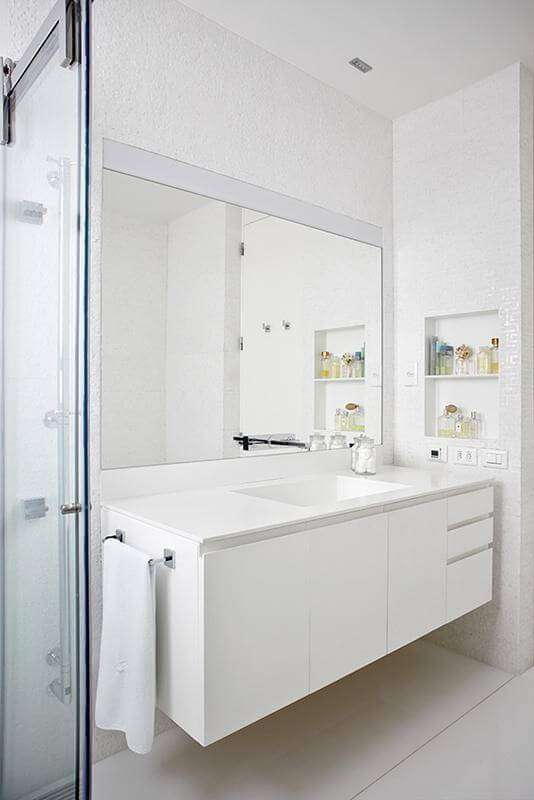 espelho para banheiro branco com moldura pascali semerdjian 73458